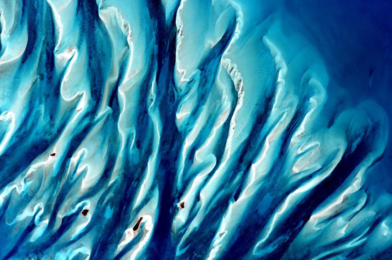 Sand, sea, and islands in the Bahamas; Scott Kelly - NASA [1500 x 998]