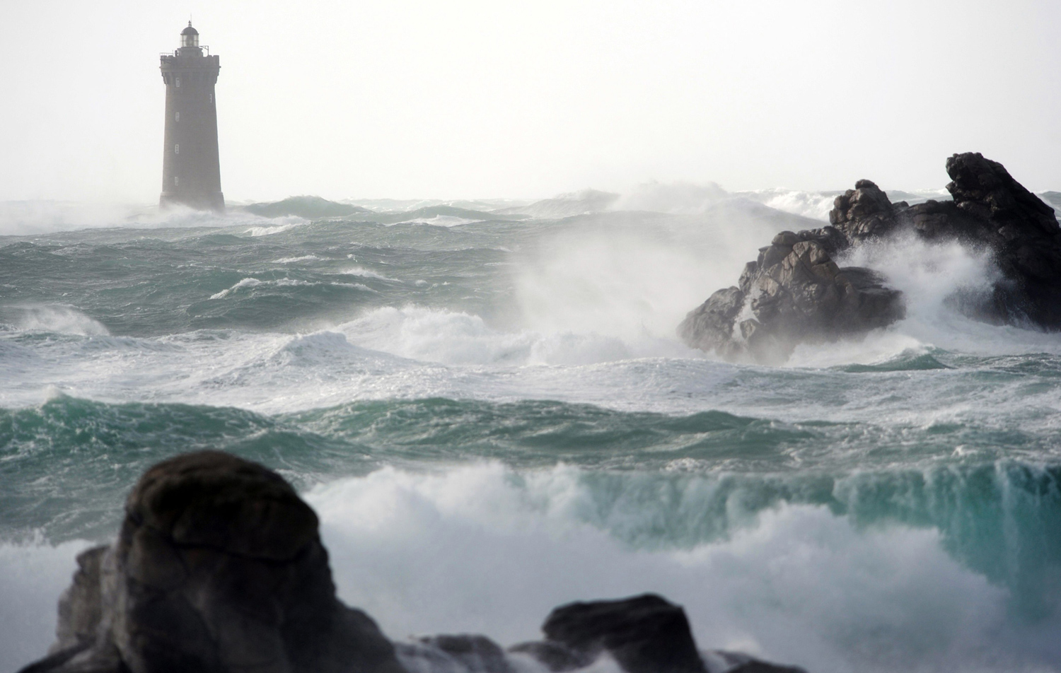 Waves break around the Four lighthouse in Porspoder, France; Fred Tanneau [1500 x 952]