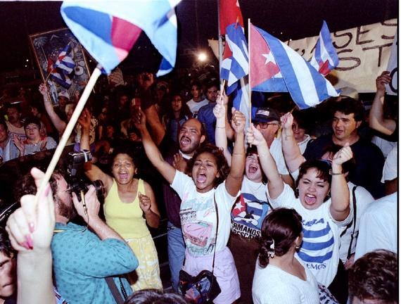 Người Mỹ gốc Cuba biểu tình phản đối Castro sau vụ Cuba bắn rơi máy bay của nhóm BTTR.