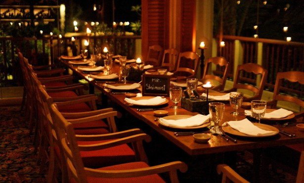 Alone together the return of communal restaurant tables for Table cuisine 8 personnes