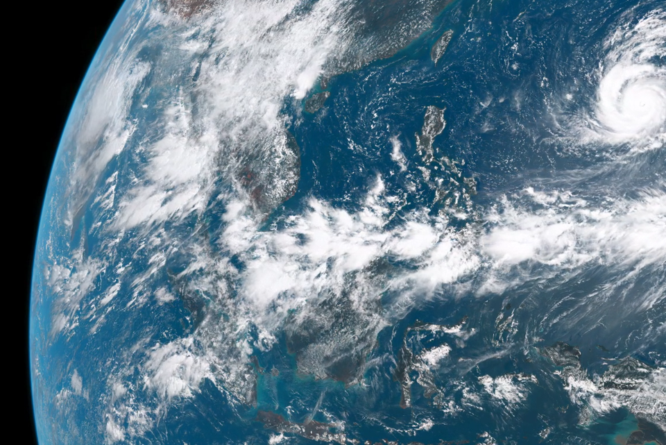 A Living SatelliteCaptured Portrait Of A Single Summer Day On - Whole world satellite map