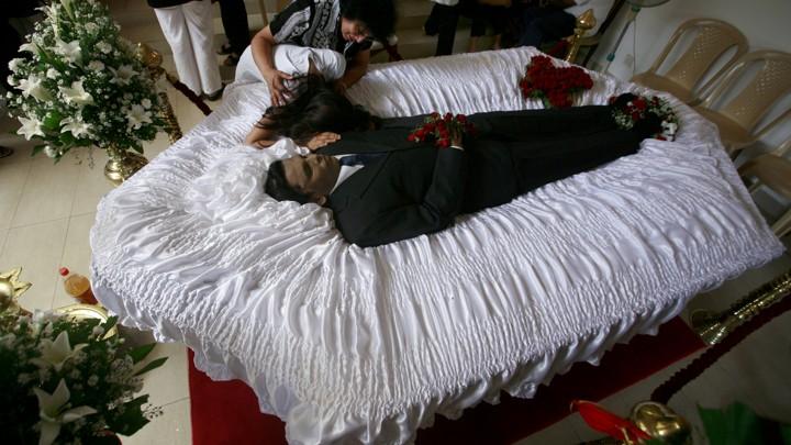 Ahimsha Wickrematunge (R), daughter of slain newspaper editor Lasantha Wickrematunga, mourns over his body at his residence in Colombo, Sri Lanka, January 11, 2009