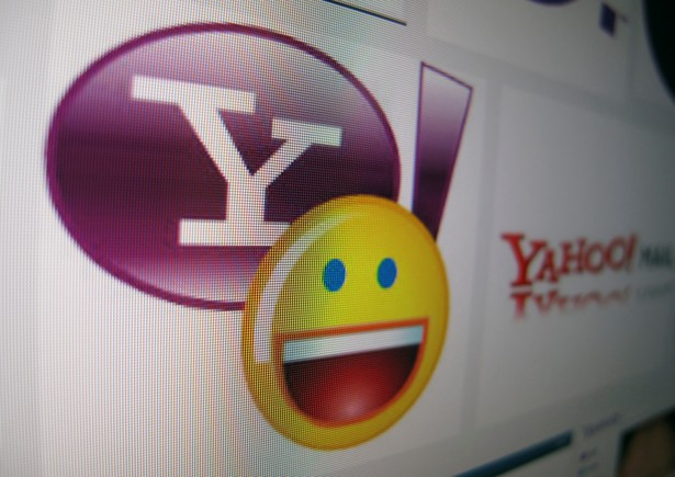 A Yahoo messenger logo is displayed on a monitor.