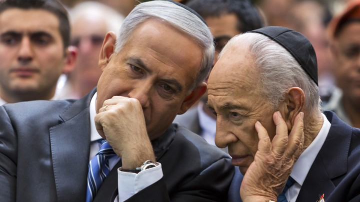 Benjamin Netanyahu talks with Shimon Peres in 2013.