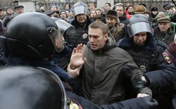 Police detain opposition leader Alexei Navalny outside a courthouse in Moscow on February 24, 2014.