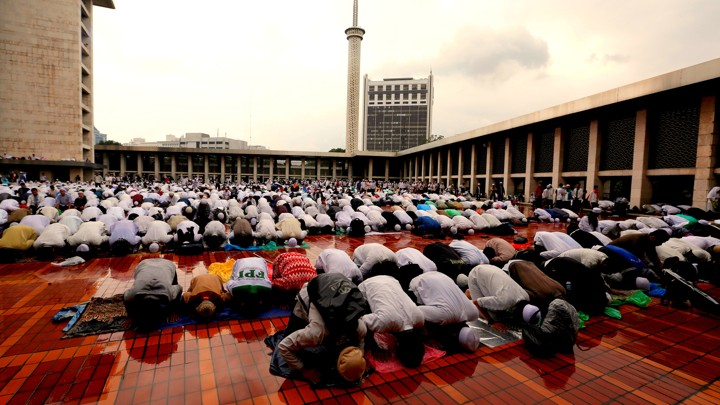 Protesters pray during a rally against Jakarta incumbent governor Basuki Tjahaja Purnama inside Istiqlal mosque in Jakarta, Indonesia, on February 11, 2017.