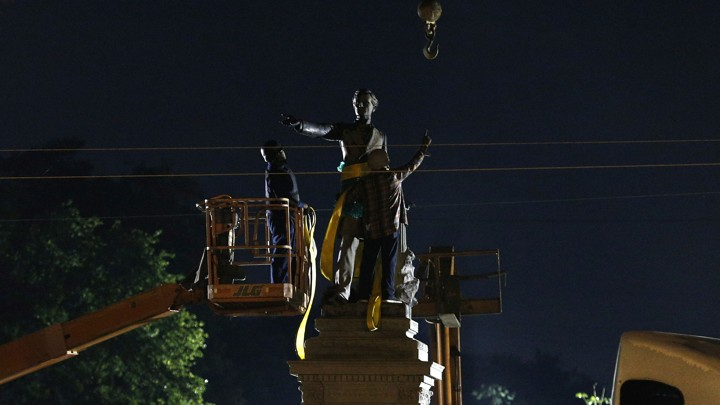A construction crew removes a monument of Jefferson Davis in New Orleans on May 11, 2017.