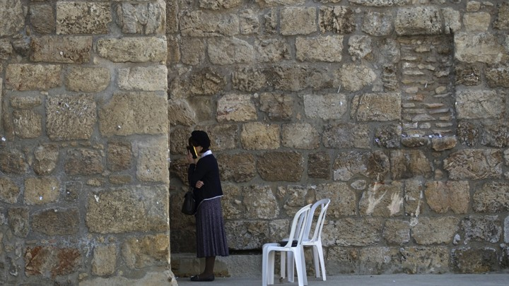 A Jewish woman prays at the Western Wall in Jerusalem's Old City on May 1, 2014.
