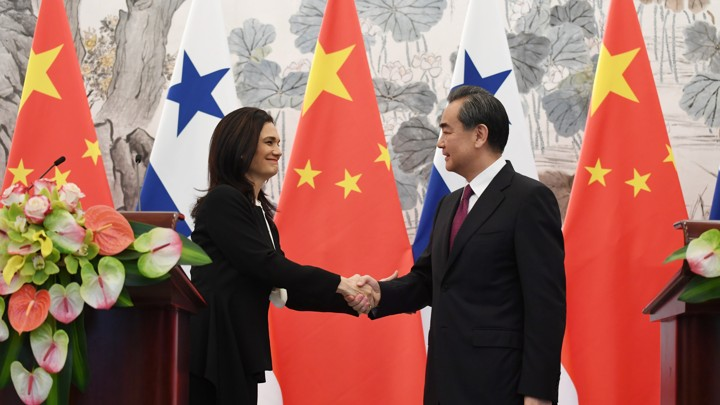 Isabel de Saint Malo, Panama's vice president and foreign minister, shakes hands with Chinese Foreign Minister Wang Yi at a joint news briefing in Beijing on June 13.