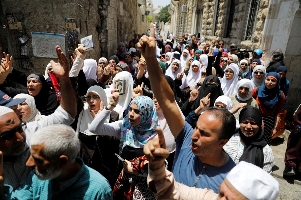 Palestinians protest new Israeli security measures at the Aqsa mosque in Jerusalem on July 20, 2017.