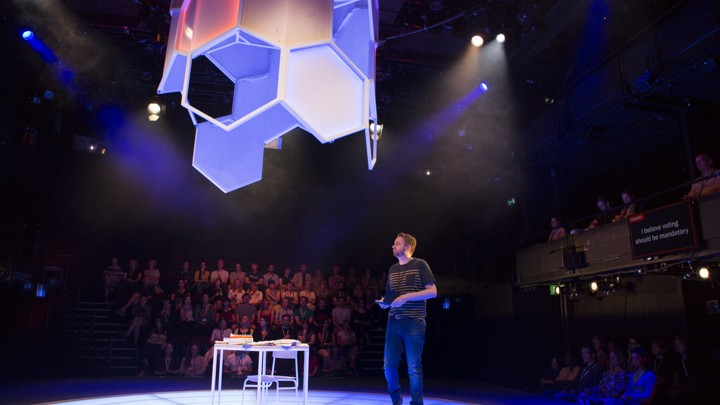 Rob Drummond quizzes the audience in 'The Majority' at London's National Theatre