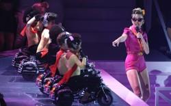 Miley Cyrus gives a kid-friendly performance at the 2017 VMAs.