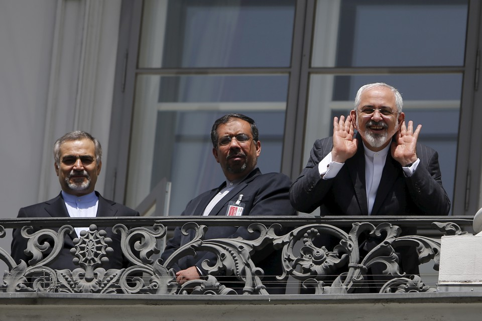 Iranian Foreign Minister Mohammad Javad Zarif (R) talks to journalist from a balcony of the Palais Coburg hotel where the Iran nuclear talks were being held in Vienna, Austria July 10, 2015.