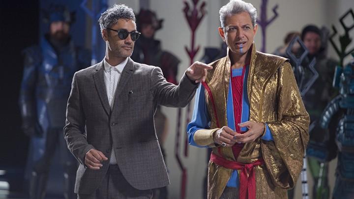 The director Taika Waititi on the set of 'Thor: Ragnarok' with Jeff Goldblum