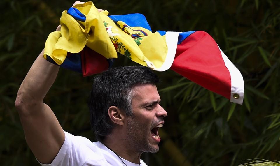 Leopoldo López displays the Venezuelan national flag.