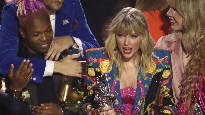 Taylor Swift accepts a VMA with the director Todrick Hall and the drag queen Jade Jolie.