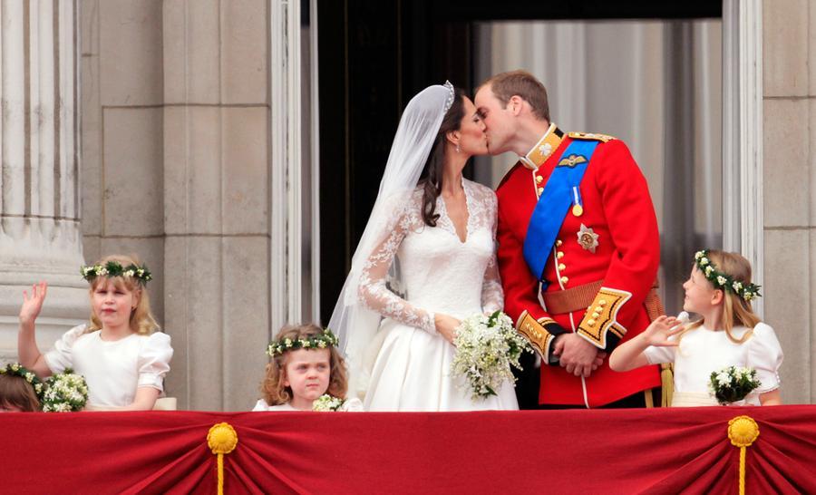 Royal wedding in photos the atlantic for Queens wedding balcony