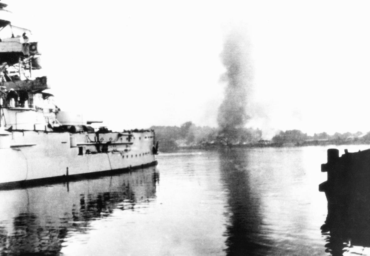 """Немецкий корабль """"Шлезвиг Гольштейн"""" обстреливает порт Свободного города Данциг, 1 сентября 1939 года"""