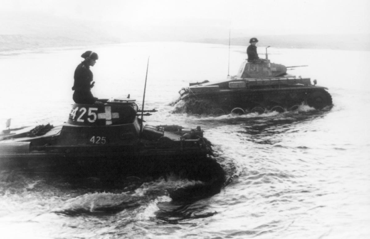 Танки пересекают реку Бзуру в сентябре 1939 года