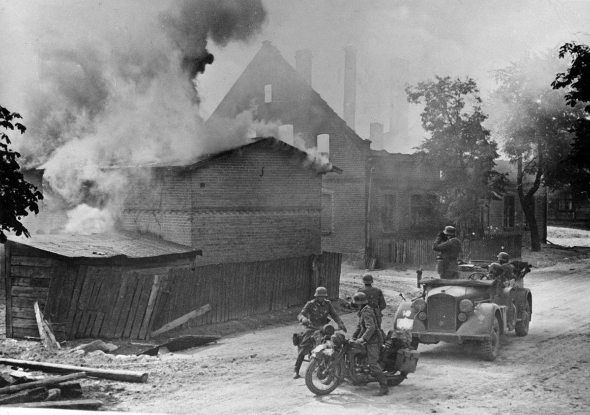 Немецкая армейская разведка на улице польского города в сентябре 1939 года