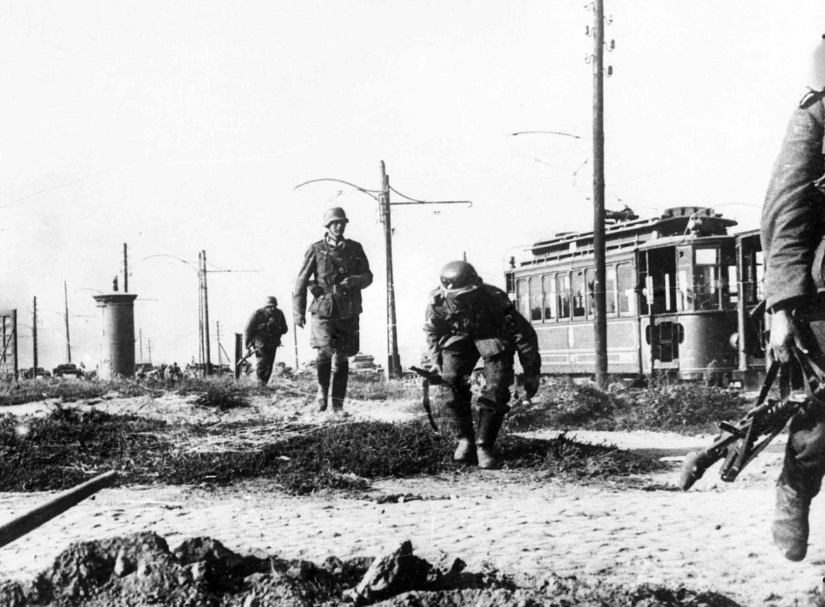 Немецкая пехота на окраине Варшавы, 16 сентября 1939 года