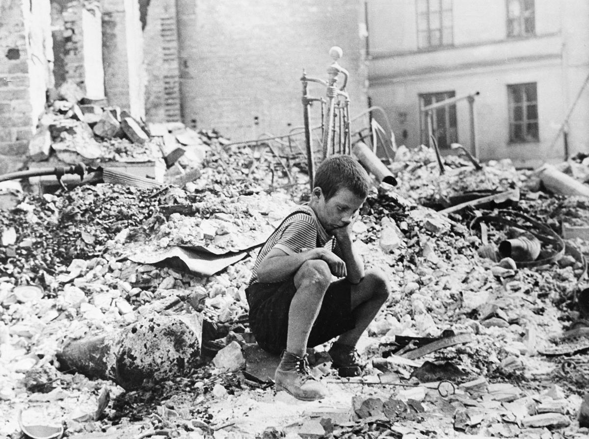 Мальчик на руинах разрушенного дома в Варшаве в сентября 1939 года