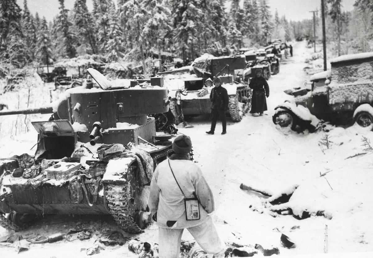 17 января 1940 года. Финские солдаты после боя около брошенной советской техники