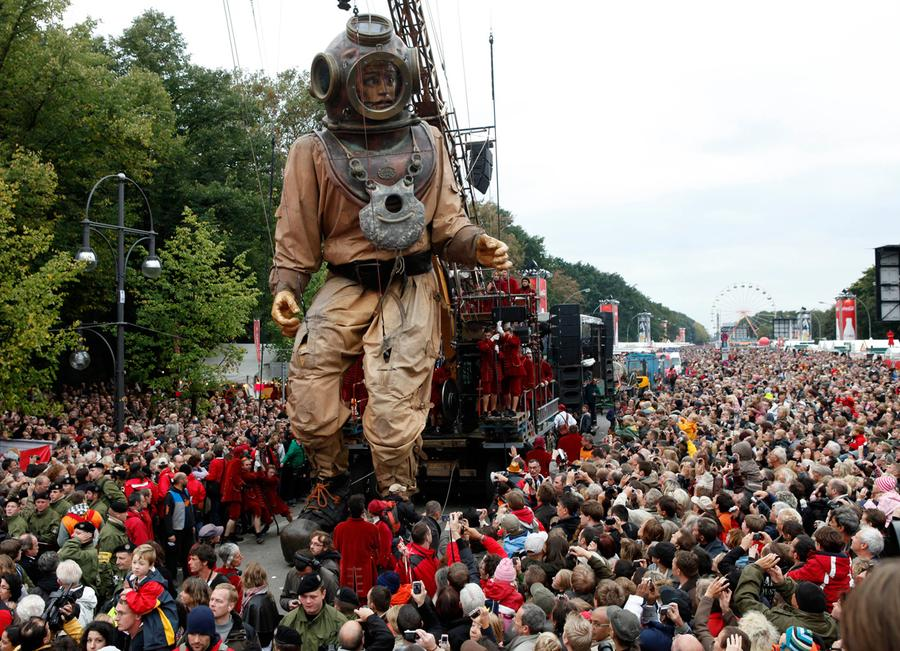 the giant marionettes of royal de luxe the atlantic. Black Bedroom Furniture Sets. Home Design Ideas