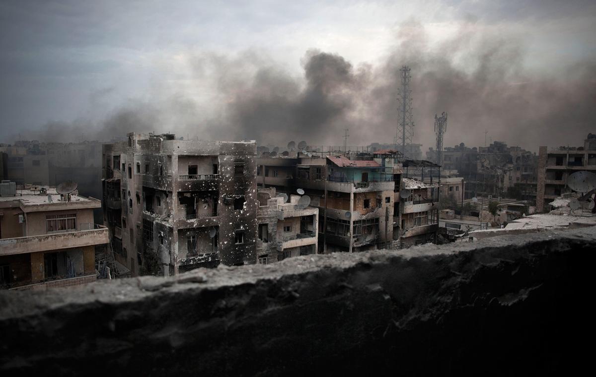 Fumo sulle macerie di Saif Al Dawla (Aleppo), ottobre 2012. Credits to: Manu Brabo/AP.