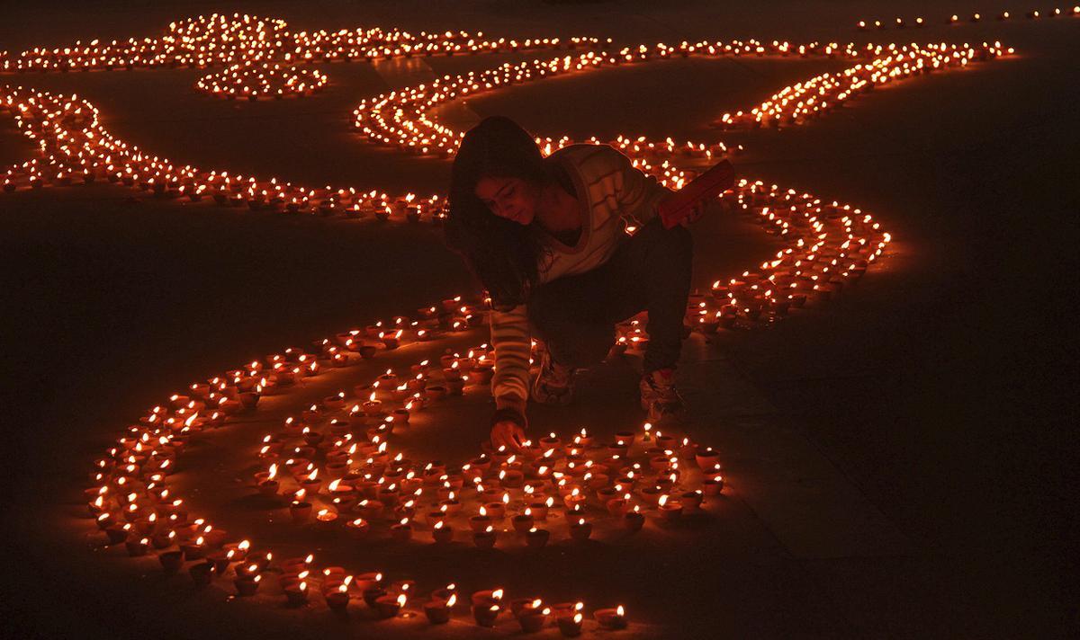 deepavali celebration essay Hindi essay on diwali दीपावली पर निबन्ध इस पावन-पर्व को मनाने के पीछे एक अत्यंत गौरवमय इतिहास है |कहते हैं कि त्रेता युग में.