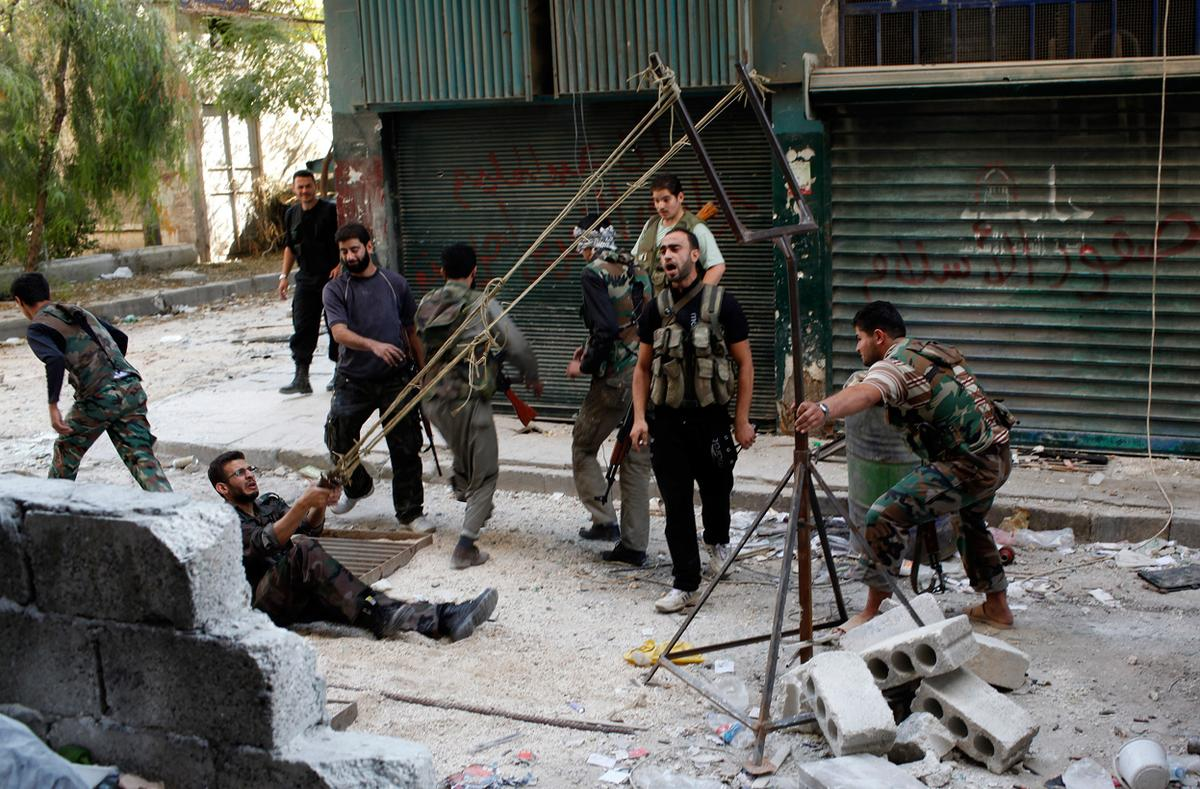 Membri dell'FSA usano una catapulta artigianale contro i soldati governativi ad Aleppo, 15/10/2012.