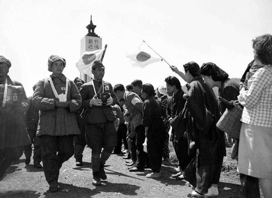 a0b443144b35a2 Women greet repatriated Japanese soldiers
