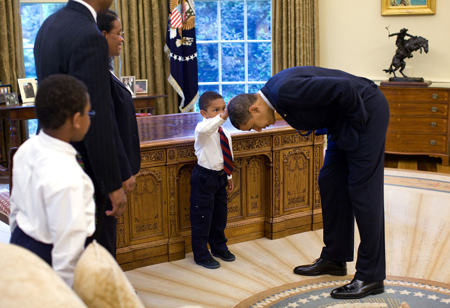 Recreating oval office Bush Temporary White House Staffer Carlton Philadelphia Brought His Family To The Oval Office For Farewell Photo With President Obama The Daily Mail The Obama Years Through The Lens Of White House Photographer Pete