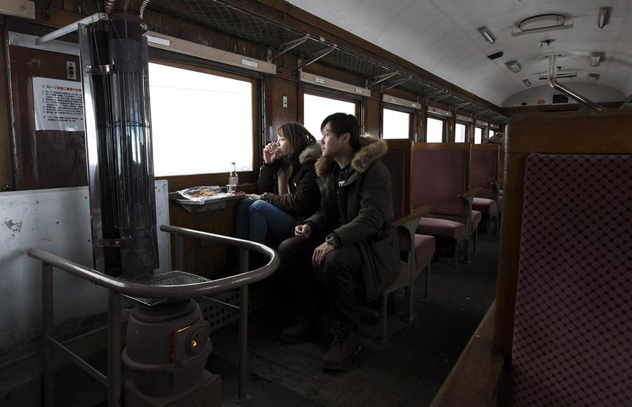 津轻铁路(Tsugaru Railway)上行驶的暖炉列车 - wuwei1101 - 西花社