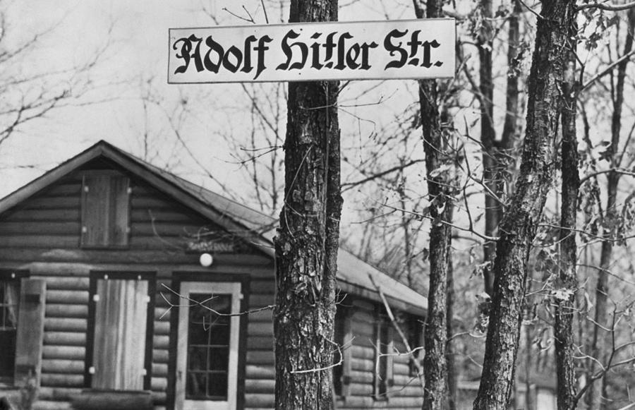 """""""Adolf Hitler Strasse"""" to ulica biegnąca przez """"Camp Siegfried"""", letni obóz niemieckiego Bundu w Yaphank, Long Island, Nowy Jork."""