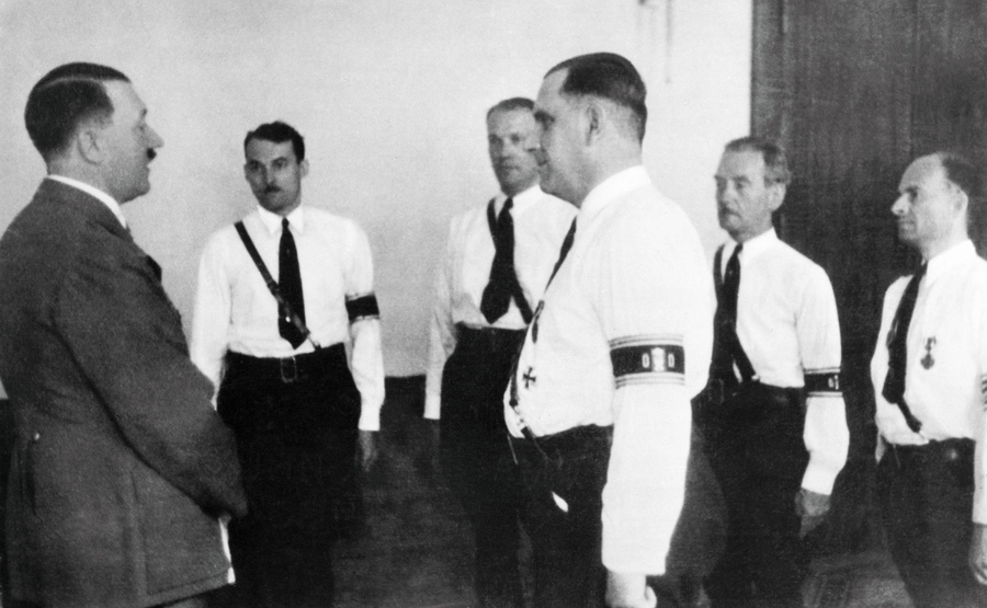 Lider amerykańskiego Bundu, Fritz Kuhn, podczas spotkania z Adolfem Hitlerem w Berlinie.