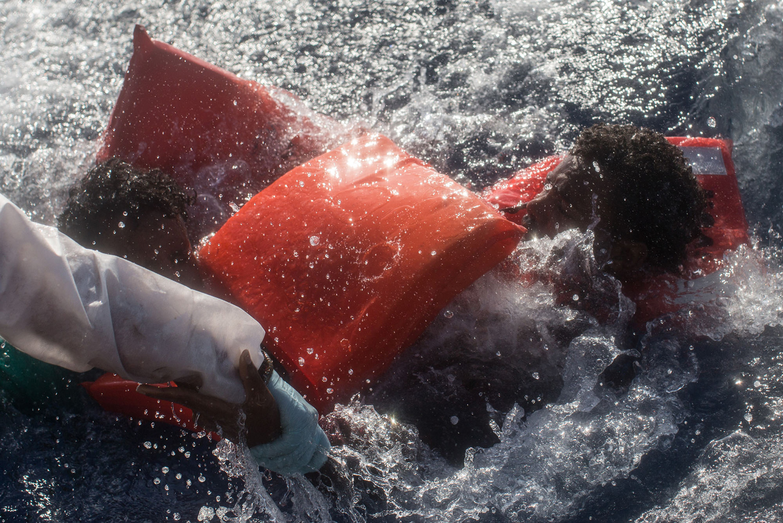 地中海上绝望的难民 - wuwei1101 - 西花社