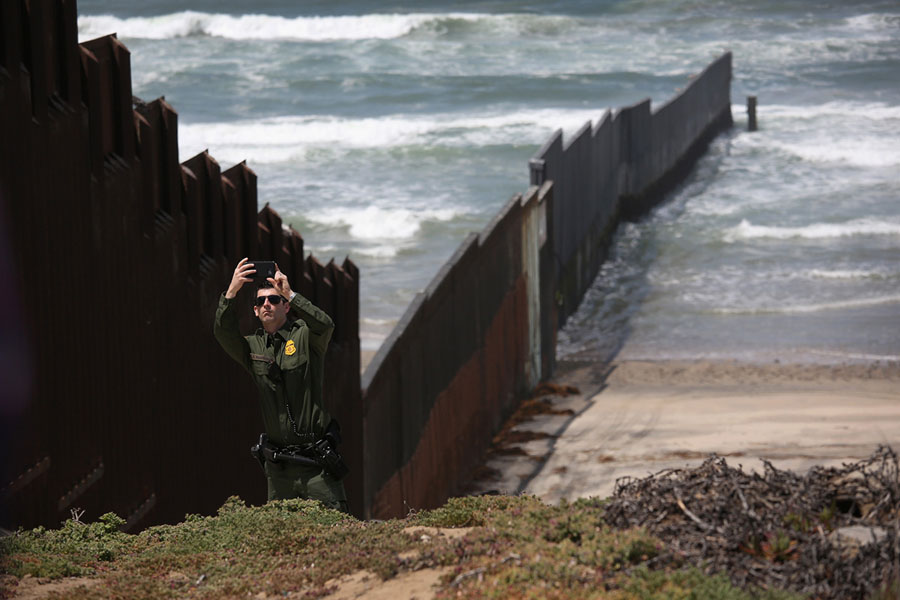 On the Border With the Photographer John Moore - The Atlantic