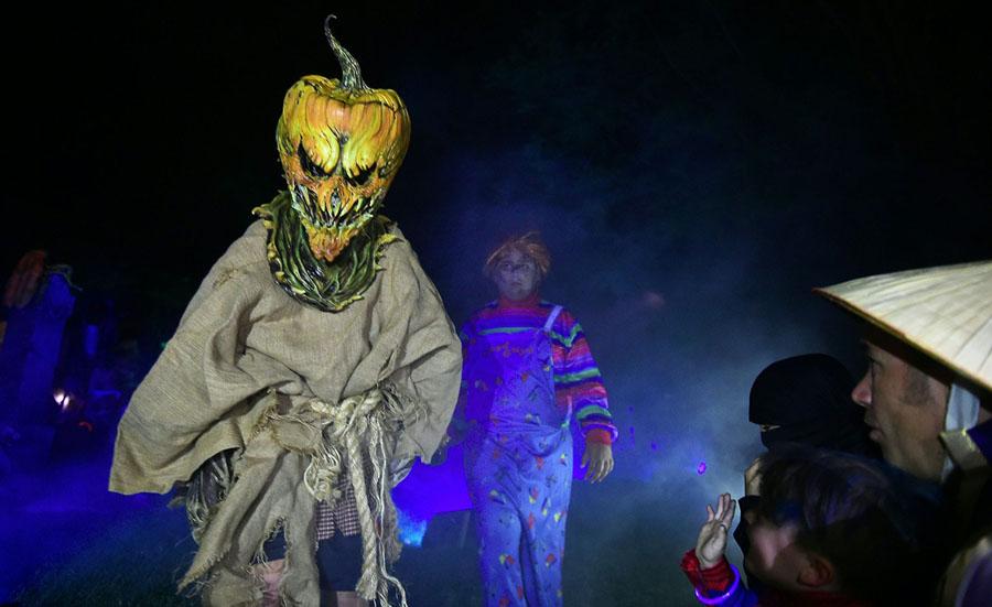 mọi người hóa tráng trong ngày Halloween