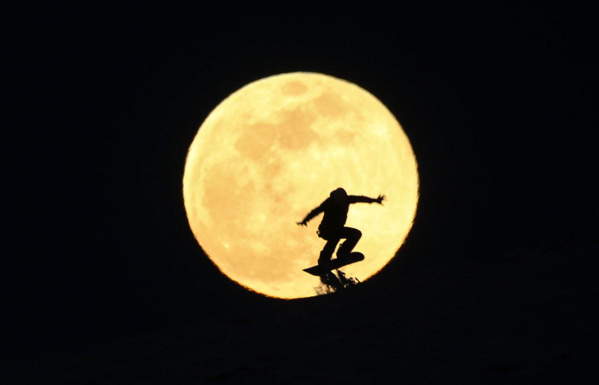 Photos of the Super Snow Moon (18 photos)