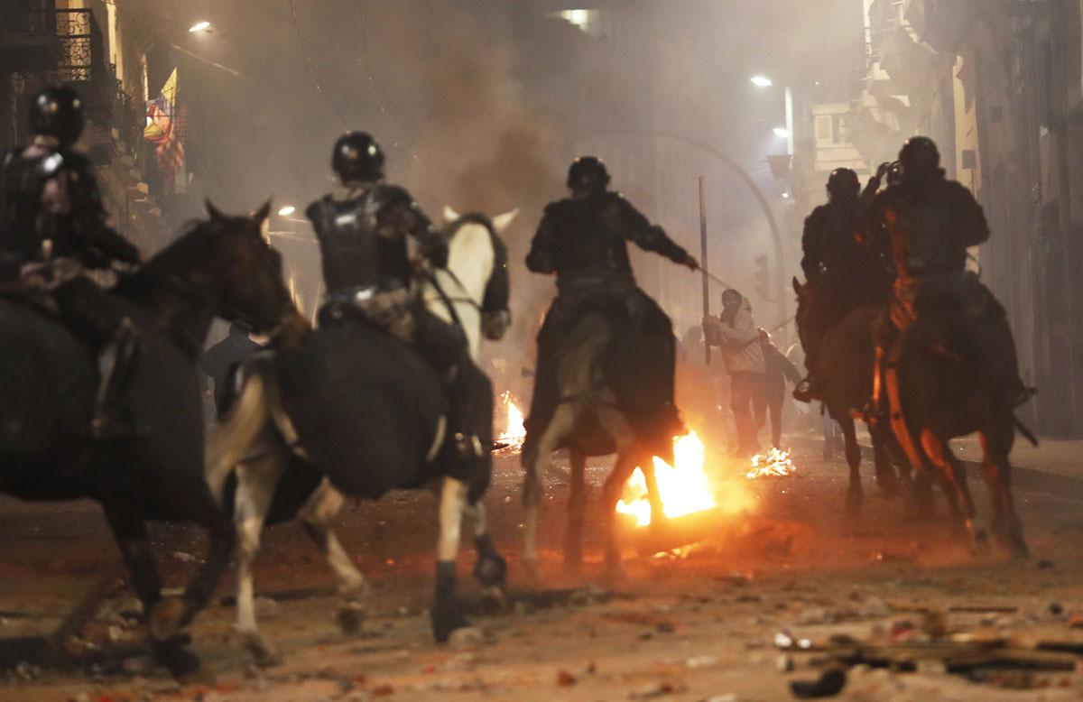 Anti-Austerity Protests and Strikes Shut Down Quito, Ecuador (23 photos)