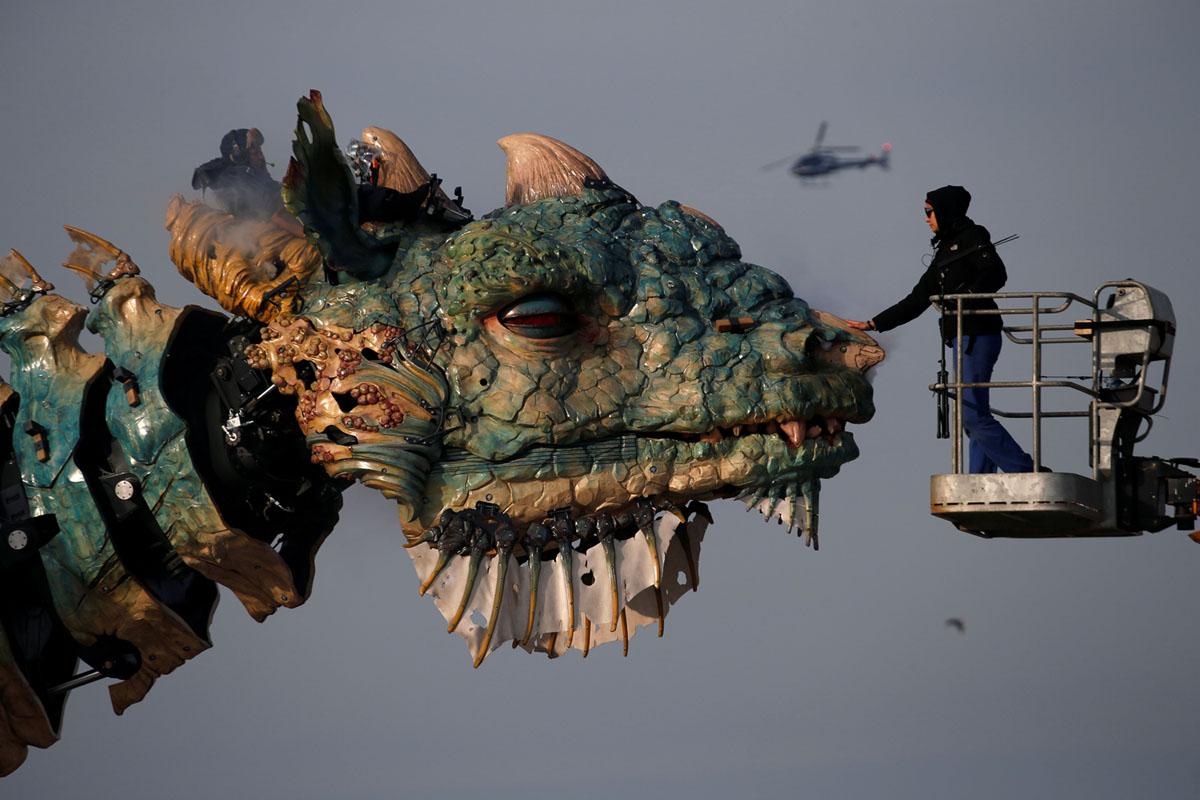 A Dragon Approaches Calais (10 photos)