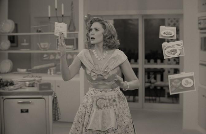 Elizabeth Olsen sebagai Wanda memegang resep dalam adegan seperti komedi situasi