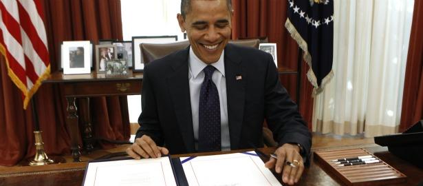 615 obama sign office desk.jpg