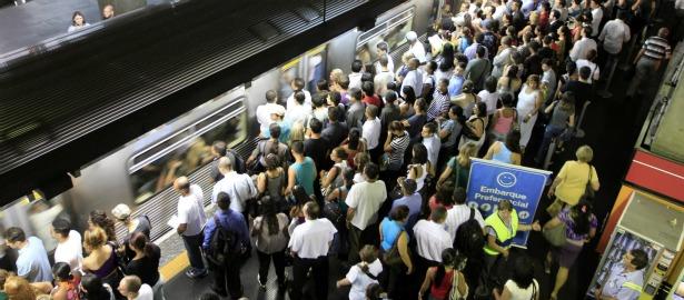 615 train brazil people crowd.jpg