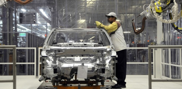 615_Auto_Worker_Manufacturing_Reuters.jpg
