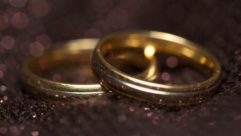 800px-Engagement_rings_777.jpg