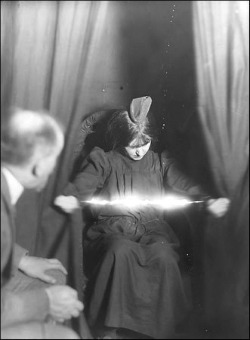Medium-Eva-Carriere-1912.jpg