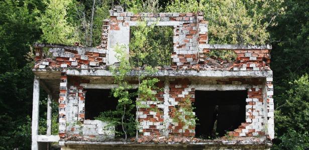 abandoned house 615.jpg