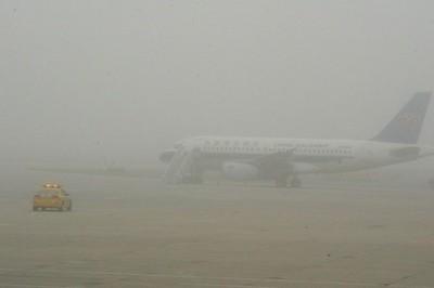 china-dalian-airport-uses-cheerleaders-to-pacify-delayed-passengers-08-600x400.jpg